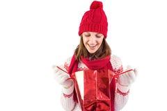 Glimlachende santavrouw die het winkelen zak onderzoeken Royalty-vrije Stock Fotografie