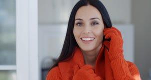 Glimlachende schitterende jonge donkerbruine vrouw Stock Fotografie