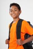 Glimlachende schooljongen 11 met rugzak klaar te gaan Royalty-vrije Stock Fotografie