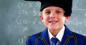 Glimlachende schooljongen die zich in klaslokaal bevinden stock footage