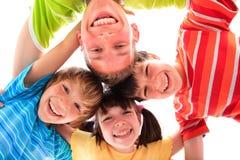 Glimlachende siblings in cirkel Stock Afbeelding