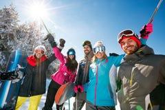 Glimlachende skier's vrienden in sneeuwbergen Stock Afbeeldingen