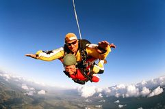 Glimlachende skydivers medio lucht royalty-vrije stock foto