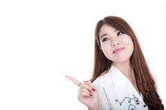 Glimlachende slimme bedrijfsvrouw die of op witte ruimte richten voorstellen Royalty-vrije Stock Foto's