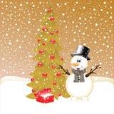 Glimlachende sneeuwman dichtbij spar en giften Royalty-vrije Stock Fotografie