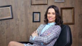 Glimlachende Spaanse positieve vrouwelijke werkgever die hebbend goede tijd op startkantoor genieten van stock video