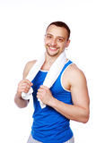 Glimlachende sportieve mens met handdoek status Stock Fotografie
