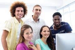 Glimlachende studenten in computerklasse Royalty-vrije Stock Afbeelding