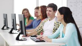 Glimlachende studenten die met computers op school werken stock footage