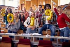 Glimlachende studenten die partij op universiteit hebben royalty-vrije stock foto