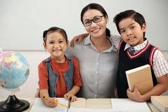 Glimlachende studenten en leraar royalty-vrije stock foto's