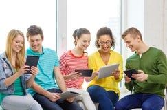 Glimlachende studenten met de computer van tabletpc Stock Foto's