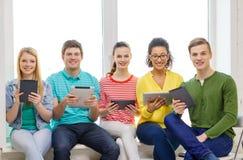 Glimlachende studenten met de computer van tabletpc royalty-vrije stock foto's