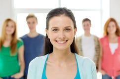 Glimlachende studenten met tiener vooraan stock fotografie