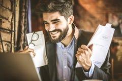 Glimlachende succesvolle bedrijfsmens met document Stock Fotografie