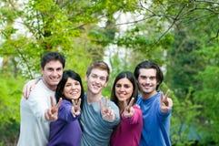 Glimlachende succesvolle gelukkige vrienden Stock Fotografie