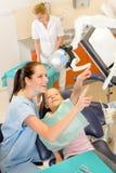 Glimlachende tandarts met kind bij chirurgie Stock Foto