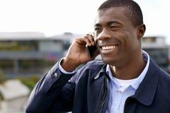 Glimlachende telefoon Afrikaanse mens Stock Afbeelding