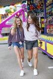 Glimlachende Tieners die pret hebben bij de openluchtzomer Carnaval stock foto's