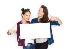 Glimlachende tieners die witte lege raad houden stock afbeelding