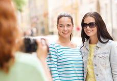 Glimlachende tieners met camera stock fotografie