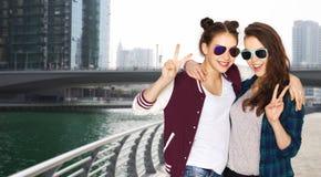 Glimlachende tieners in zonnebril die vrede tonen Stock Afbeelding