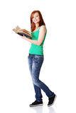 Glimlachende tienerstudent die een boek houdt. Royalty-vrije Stock Fotografie