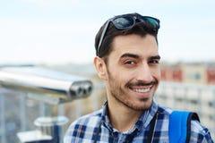 Glimlachende Toerist die Vakantie van Reis genieten royalty-vrije stock fotografie