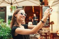 Glimlachende toerist op de achtergrond van straatkoffie Vakantie in de EU Royalty-vrije Stock Foto