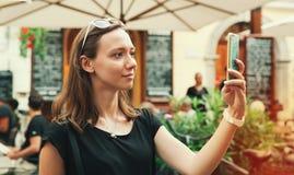 Glimlachende toerist op de achtergrond van straatkoffie Vakantie in de EU Royalty-vrije Stock Afbeeldingen