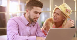Glimlachende toevallige bedrijfsarbeiders die met laptop werken stock video
