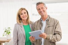 Glimlachende toevallige bedrijfscollega's met tablet Stock Foto