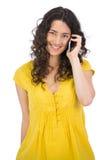 Glimlachende toevallige jonge vrouw op de telefoon Stock Afbeeldingen