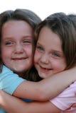 Glimlachende tweelingen royalty-vrije stock afbeelding