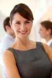 Glimlachende uitvoerende vrouw Stock Foto's