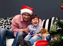Glimlachende vader en zijn zoon op Kerstmis Royalty-vrije Stock Afbeelding