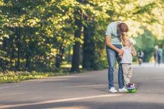 Glimlachende vader en zoon in het park stock afbeeldingen