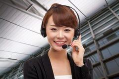 Glimlachende van de bedrijfs call centreexploitant vrouw royalty-vrije stock foto