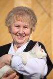 Glimlachende verouderde vrouw met kat Stock Foto's