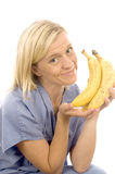 Glimlachende verpleegster artsen gezonde rijpe bananen Royalty-vrije Stock Foto's