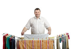 Glimlachende vette mens in overhemds drogende wasserij Stock Afbeeldingen