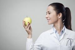 Glimlachende voedingsdeskundige met appel Royalty-vrije Stock Foto