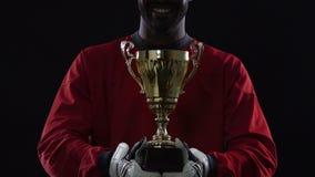 Glimlachende voetbalkampioen met prijs, vieringsceremonie, perfecte resultaten stock video