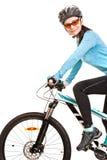 Glimlachende volwassen vrouwenfietser die een fiets berijden Stock Foto