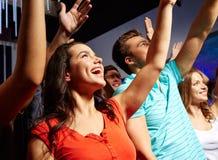 Glimlachende vrienden bij overleg in club Royalty-vrije Stock Afbeelding