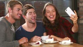 Glimlachende vrienden die een selfie met een smartphone nemen stock videobeelden