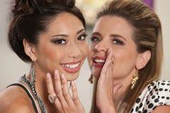 Glimlachende Vrienden die Geheimen delen royalty-vrije stock afbeeldingen