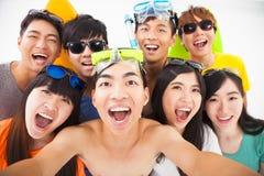 glimlachende vrienden met camera die selfie nemen royalty-vrije stock afbeeldingen