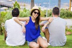 Glimlachende vrienden op de zomer overzeese vakantie Stock Foto