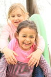 Glimlachende vrienden op een dia Stock Fotografie